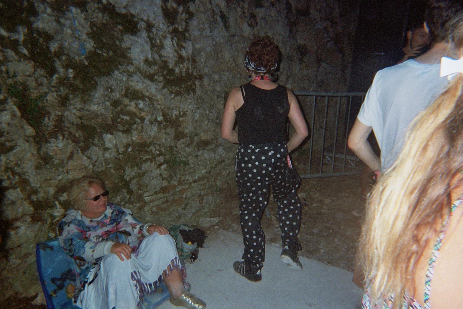 LA NUIT- Une mamie qui profite tranquillement du set le plus violent du festival.