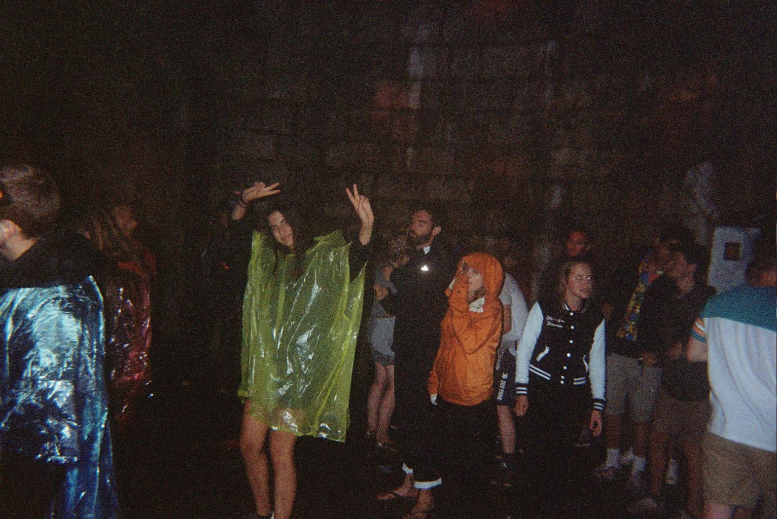 LA NUIT: danser des sacs poubelles sous la tempête.