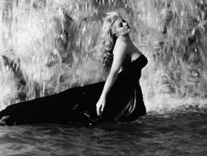 La Nièce de Fellini Anita à la fontaine