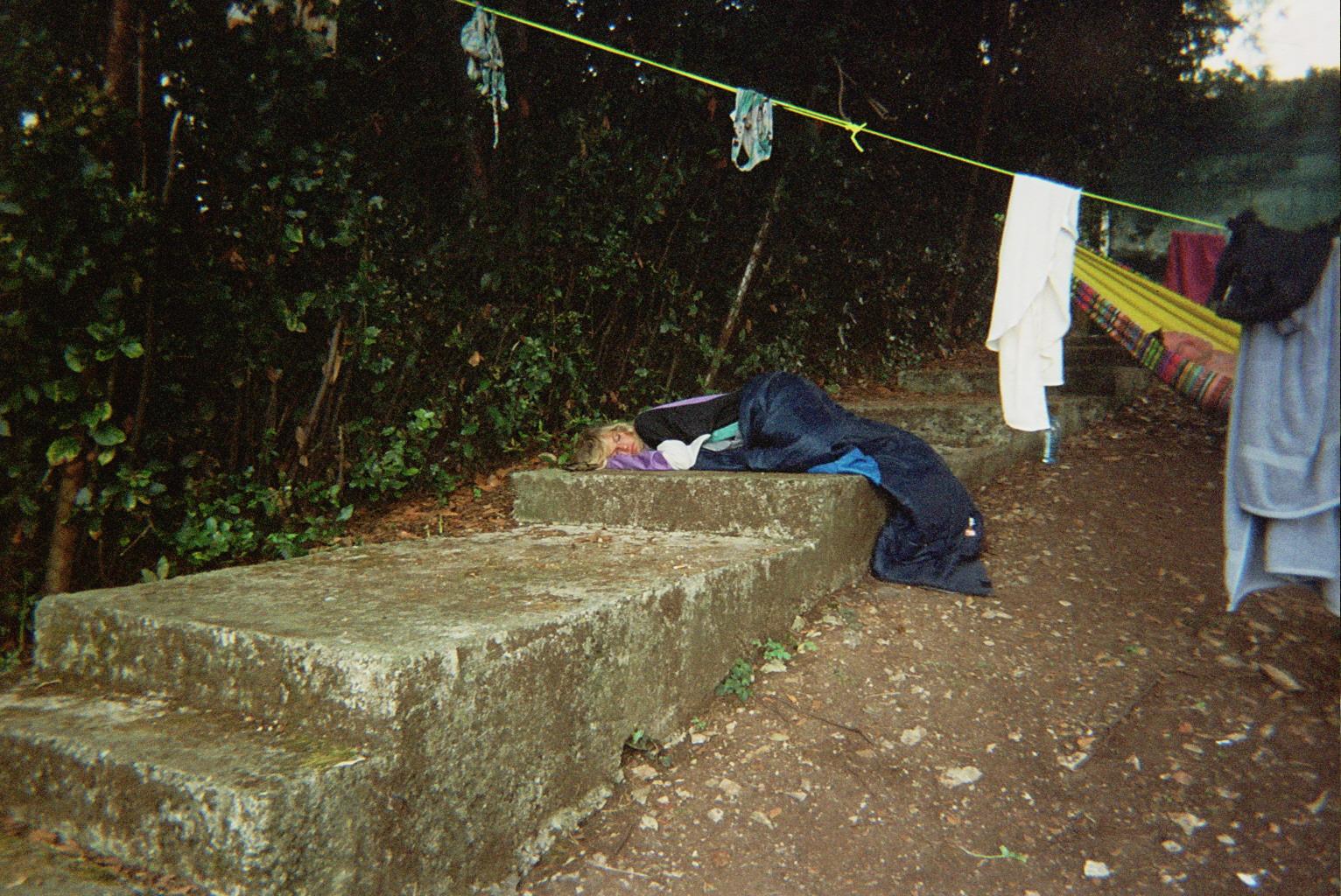 LE JOUR- up all night, sleep all day, meme sur une dalle de beton.