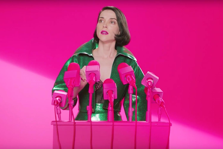 """En pleine promo de son nouvel album """"Masseduction"""", qui délaisse le côté Tori Amos pour bousculer mémé Madonna sur le terrain du Mainstream. La photo est extraite d'une conférence de presse à destination de l'ensemble des objets connectés de la planète terre pour les inciter à se rebeller contre leurs propriétaires."""