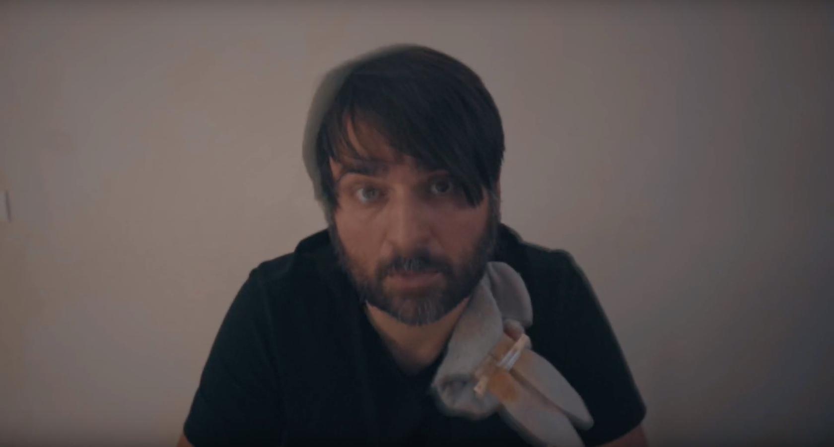Si tu es prolétaire, suicidaire ou juste mort, le nouveau clip de Gontard est pour toi